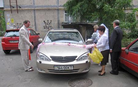 decorating the wedding car